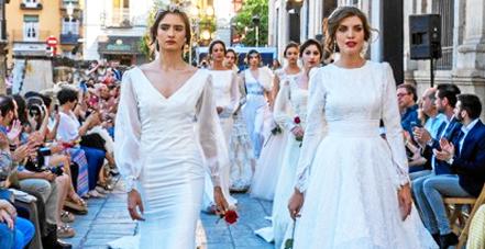 La modelo Cristina Fuentes desfila en el centro de Sevilla