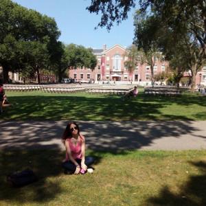 La joven en el campus de la Universidad de Brown.