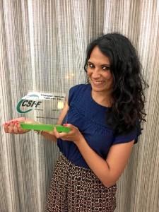 Gema, con el premio que la reconocida como Empleada Pública del Año en la categoría de Justicia.