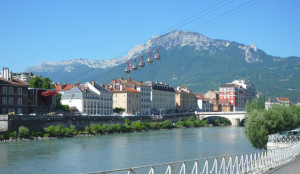 Vive en Grenoble, considerada la capital de Los Alpes.