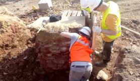 arqueólogos extrayendo el horno en la mina
