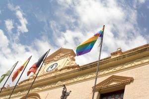 La bandera gay ya ondea en la fachada del Ayuntamiento de Ayamonte.