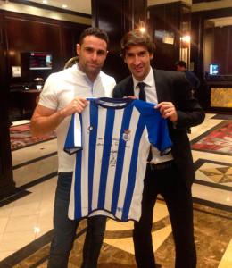 Antonio Núñez y Raúl González, con la camiseta firmada y que se va a sortear.