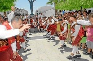 Los cascabeleros cumplen un papel fundamental en las fiestas. /Foto: Hermandad San Juan Bautista de Alosno.