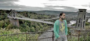 Uno de sus viajes por Inglaterra. En la imagen, con el puente colgande de Clifton (Bristol) al fondo.