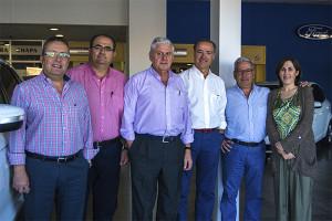Parte del notorio equipo de profesionales que desarrollan su labor en Huelva Automoción