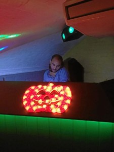 Emilio es un gran aficionado a la música. En la foto, pinchando música en el club Alberrys, en Canterbury la noche de Halloween.
