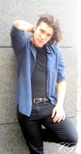 Adrián es cantante, bailarín profesional, experto en artes marciales y amante de la cocina.
