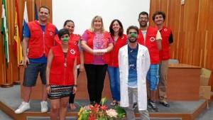 Voluntarios de Cruz Roja Juventud, junto al responsable de Pediatría del JRJ, celebrando el Premio Hospital Optimista recibido por este área del centro sanitario.