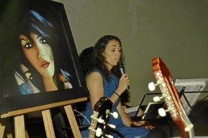 Carla Sabino, interpretando uno de los temas.