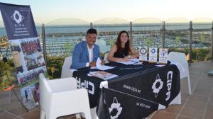 Joaquín Rasco, de CiPa, y Manuela Romero, presidenta sportinguista, en el momento de la firma del convenio.