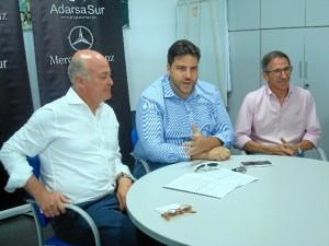 Un momento de la presentación del acuerdo. De izquieda a derecha: Pedro Weicker, gerente de Adarsa Sur, y Xanty Elías, chef onubense propietario de Acánthum, y Jacinto Romero, jefe de ventas.