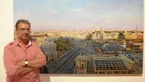 El pintor junto a una de sus obras.