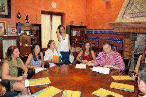 Un momento de la firma del convento con empresas y asociaciones que se acogerán al programa de prácticas.