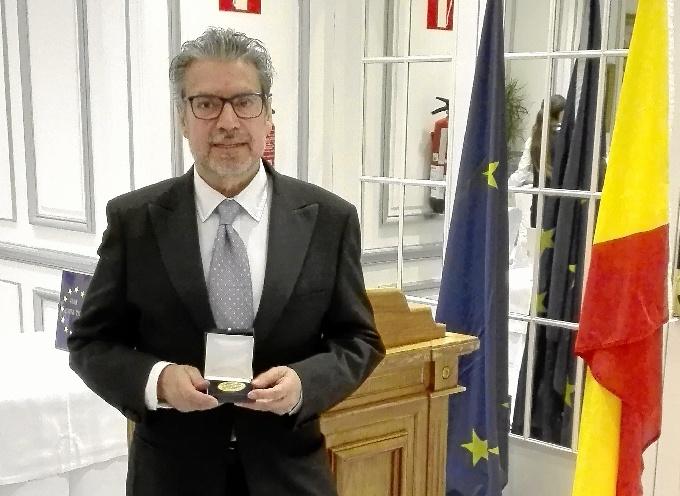 El pintor onubense Juan Fernández recibe la Medalla de Oro del Foro Europa 2001