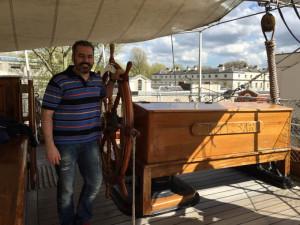 Al timón del famoso barco Cutty Sark.