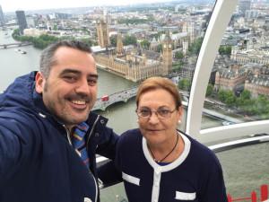 Junto a su madre en el London Eye y viendo Westminster al fondo.