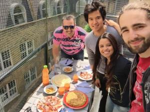 La famosa comida española con sus compañeros de trabajo: tortilla, jamón, queso, chorizo y gazpacho.