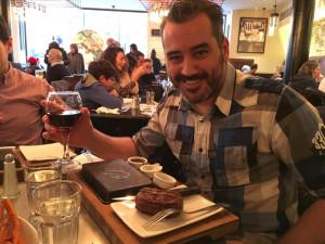 Degustando un buen filete a la piedra en Steak & Co.