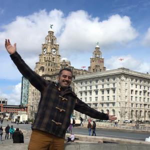 De visita en Liverpool con el Royal Liver Building de fondo.
