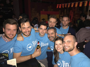 Con el equipo Jinn: sus jefes y compañeros del trabajo viendo un partido de España.