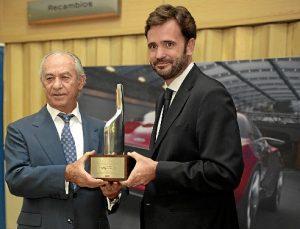 Momento de la entrega a Manuel Pérez del Chairman's Award por parte del director comercial de Ford España, Santiago Sainz
