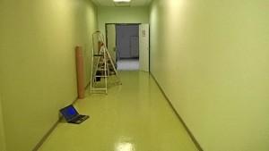 Imagen del pasillo antes de la actuación llevada a cabo, que es el resultado de meses de trabajo.