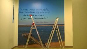 Se ha incluido un poema vitalista de Juan Ramón Jiménez, haciendo un guiño al escritor que da nombre al hospital.