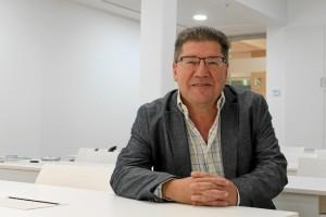 Cristóbal Romero, alcalde de Trigueros, nos cuenta los detalles de esta iniciativa. / Foto: Rosa Mora.
