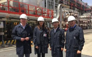 Visita de los delegados a las instalaciones de la refinería de Cepsa en Palos.