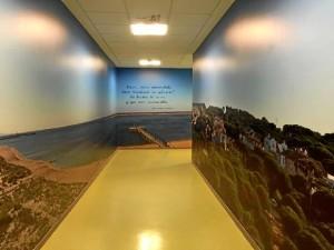 El pasillo de Radioterapia del Hospital Juan Ramón Jiménez luce de este modo desde hace una semana.