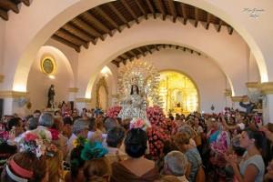 La Virgen, en el interior de su ermita, acompañada por centenares de clarineros. / Foto: Mar García.