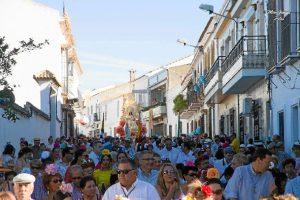 Un momento del día 14 de agosto, en el que la Virgen es trasladada desde Beas a Clarines./ Foto: Mar García.