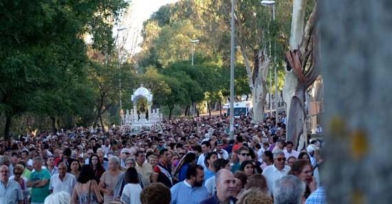 Huelva se echa a la calle para acompañar a La Cinta en su traslado a la Concepción