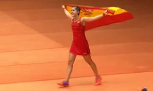 Carolina Marín, con la bandera de España, tras ganar en Río. / Foto: Captura TV.