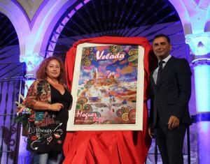 Carmela Morales develó el cartel junto al alcalde de Moguer.