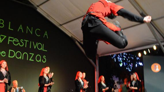 Villablanca volvió a brillar con su danza de los palos en la gala inaugural de su 37 Festival