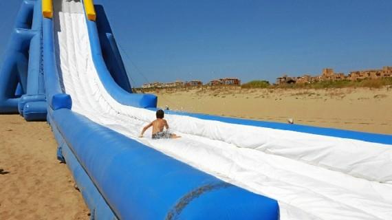 La playa de Isla Canela disfruta del Parque Acuático Flotante con una gran acogida