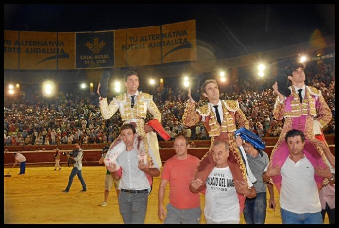 José Tomás, Alberto López Simón y David de Miranda salieron a hombros con el delirio del público asistente. / Foto: Arizmendi.