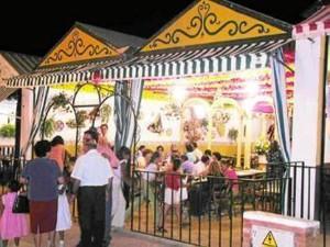 En Rociana se vive una Feria clásica de farolillos.