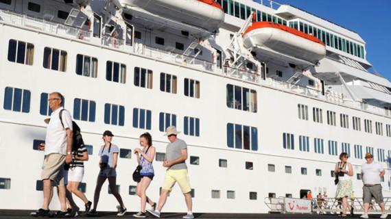 Los cruceristas del 'Thomson Majesty' desembarcan en Huelva