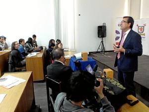 Impartiendo clases en un Seminario de Educación Media-Digital.