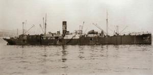 La factoría flotante Rey Alfonso en Vigo, junio de 1925. En Chimán, la pesca ballenera moderna en la península ibérica, de Álex Aguilar (2013).