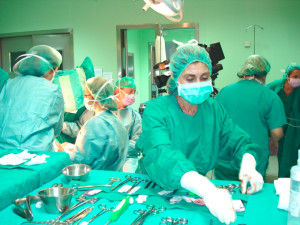 Imagen de archivo de una enfermera trabajando en un quirófano. / Foto: juntadeandalucia.es