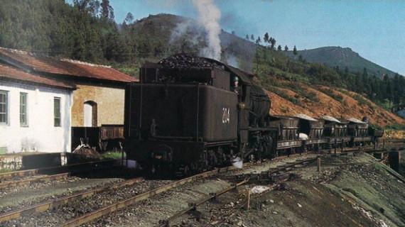 Locomotora 'Gilda' pasando por la estación de Berrocal del ferrocarril de riotinto en la década de los setenta del siglo XX