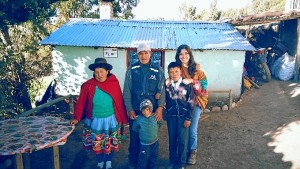 Peña, con la familia con la que convivió en Esta fue mi familia en la comunidad de Antamachay.