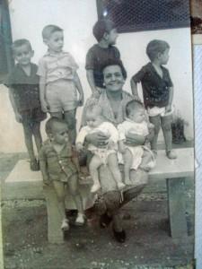 Los recuerdos de su vida en la isla permanecen intactos en su memoria. / En la imagen, la madre de Sara con sus nietos.