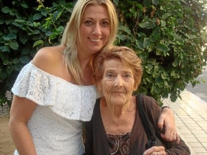 Esta onubense de adopción ha visitado la redacción de HBN con su hija menor, María del Carmen Aparicio.