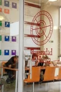 Dirigida tanto a estudiantes de nuevo ingreso en la Universidad de Huelva como a quienes ya cursen estudios de Grado o Máster.