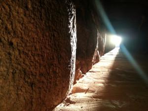 Ver entrar el primer rayo de sol en el Dolmen, una increíble experiencia.
